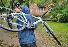 В Лиде велосипедный вор попал на камеры видеонаблюдения. Его личность установлена