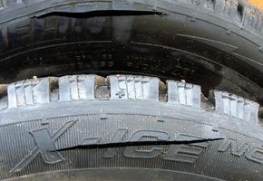 В Берёзовке разыскивают человека, который порезал колёса автомобилей, припаркованных с нарушением ПДД