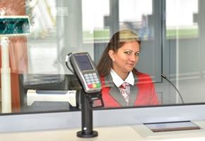 Лайкни кассира. Работу сотрудников  ЖД вокзала теперь можно оценить при помощи лайкательного устройства