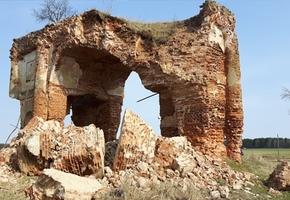 Законом не защищена. Власти рассказали, что будет с разрушающейся аркой Радзивилла под Лидой