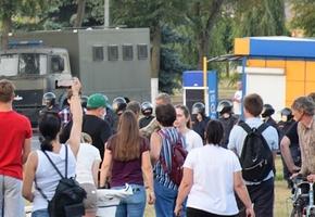 Милиция и автозаки. В Лиде в день после выборов люди собрались возле райисполкома. Происходят задержания