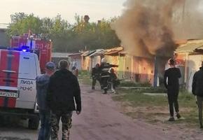 В Лиде пожарные тушили огонь в гаражном кооперативе