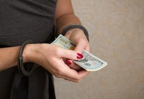 В Лиде бухгалтер похитила деньги предприятия, чтобы возместить ущерб другому предприятию, у которого она похитила деньги