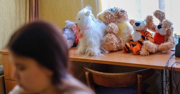 Сироте из Лиды установили пандус, чтобы она смогла выезжать на коляске из общежития. И раскатали свежую асфальтовую дорожку к нему