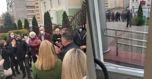 Жители Лиды собирали подписи в поддержку директора лицея №1 Юрия Хромина