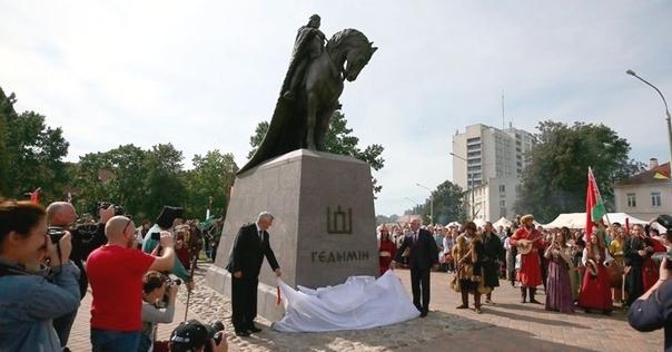 На официальном открытии памятника Гедимину милиция спокойно отнеслась к флагам «БЧБ» и «Пагоня»