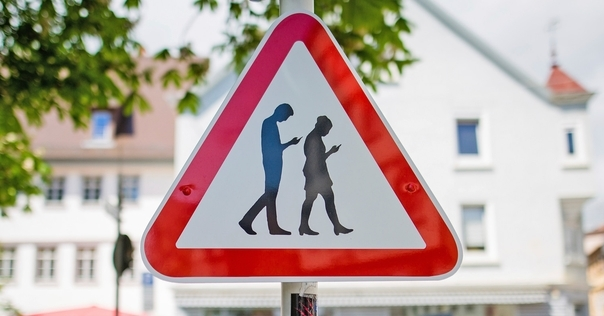 Новое в ПДД: пешеходам при пересечении дороги запретят отвлекаться на гаджеты, ходить в капюшоне, пользоваться наушниками