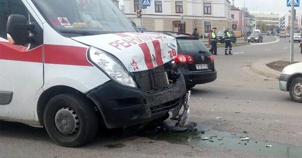 Очевидец: в Лиде скорая выехала на красный и столкнулась с Volkswagen (видео)